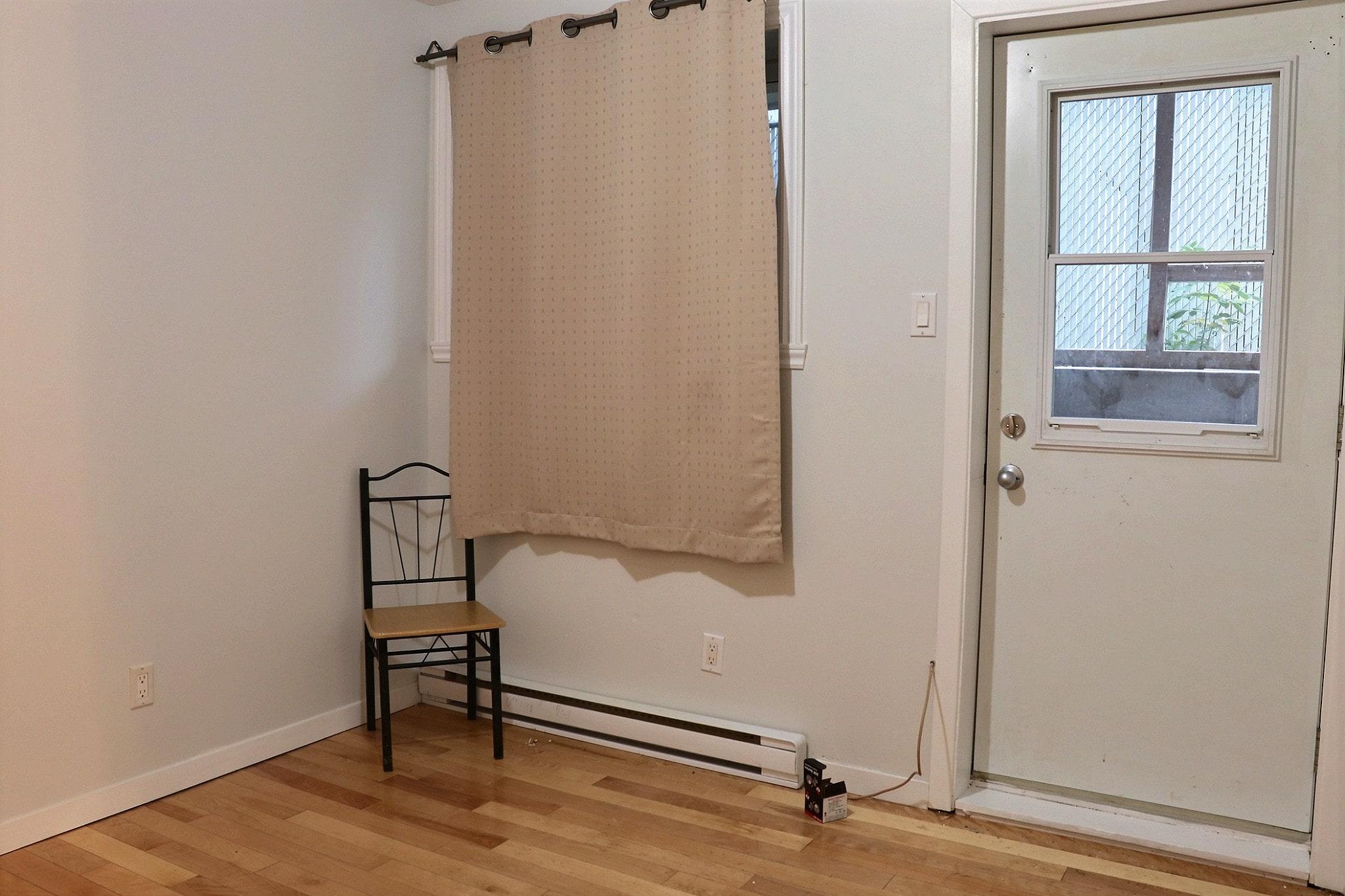 Photo 1 : 2 ½, Libre maintenant, Semi meublé, Eau chaude inclus