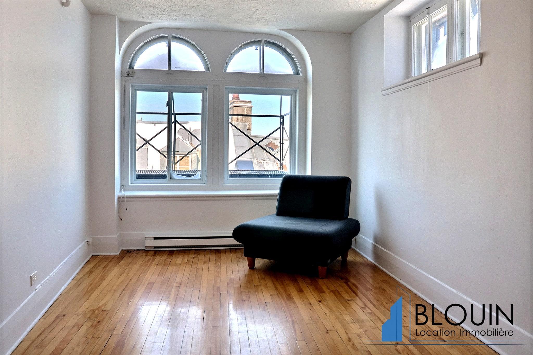 4 ½, Vieux-Québec, Dernier étages, Libre maintenant, Semi-meublé et eau chaude inclus.