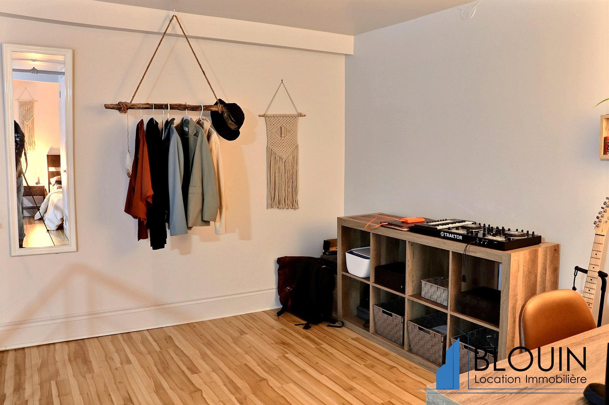 Photo 12 : Magnifique 3 ½ sur 2 étages, à St-Roch, libre pour Novembre, Semi-meublée