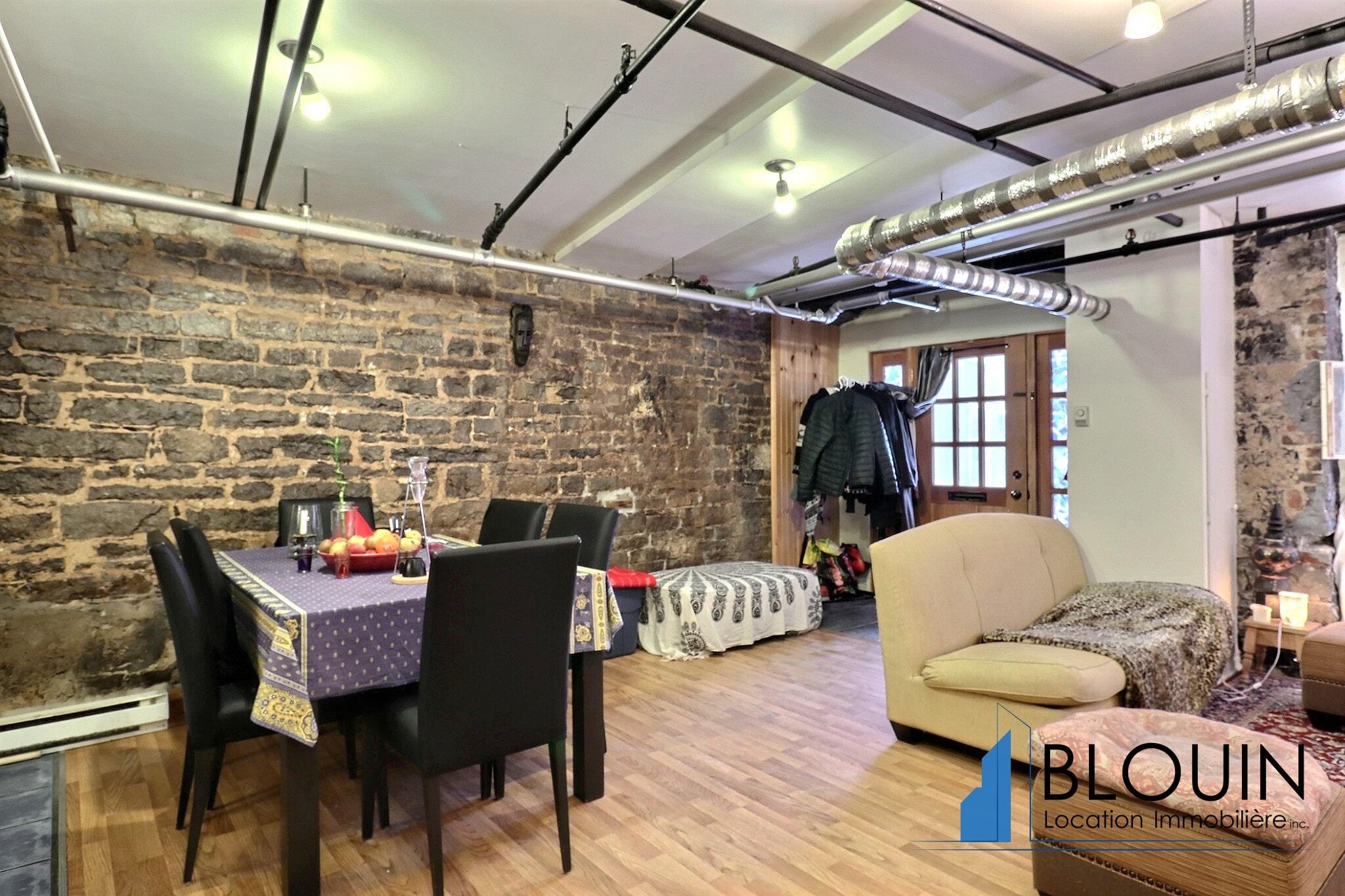 Photo 2 : Grand Loft avec chambre fermée, Vieux-Québec, libre pour Juillet, Eau chaude incluse, 1 mois GRATUIT
